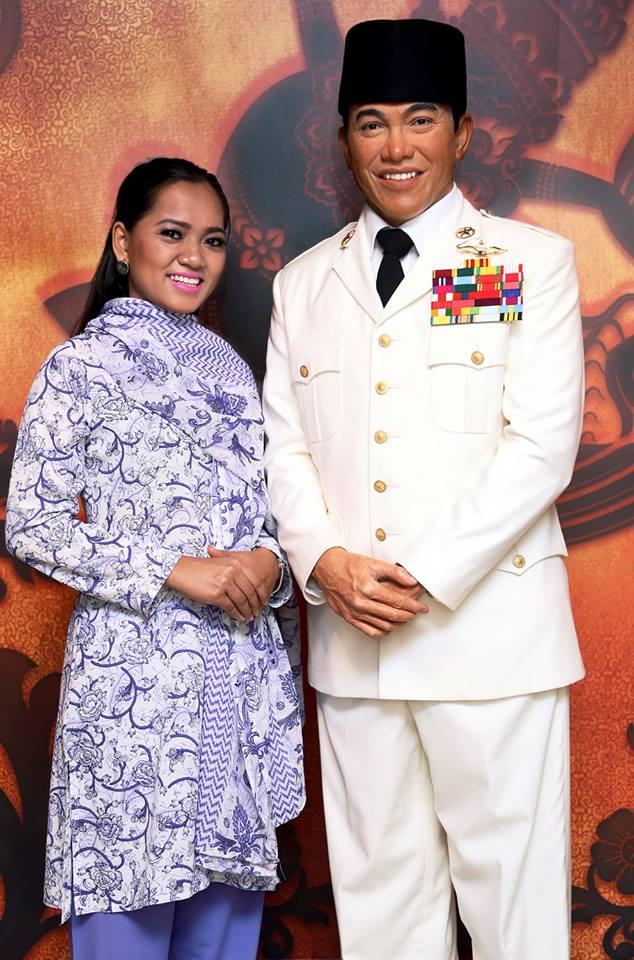 Salah seorang pengunjung berfoto dengan patung Presiden Soekarno.