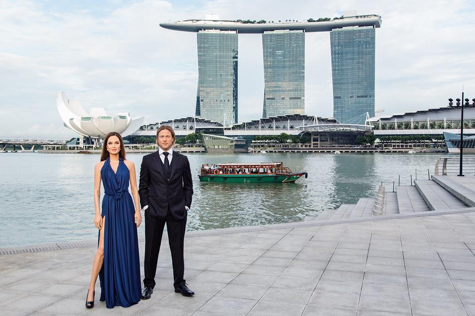 Patung lilin Angelina Jolie dan Brad Pitt ketika dipamerkan di One Fullerton Singapura.