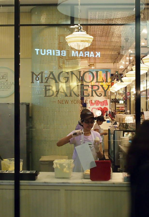Dapur Magnolia Bakery dengan kaca tembus pandang.