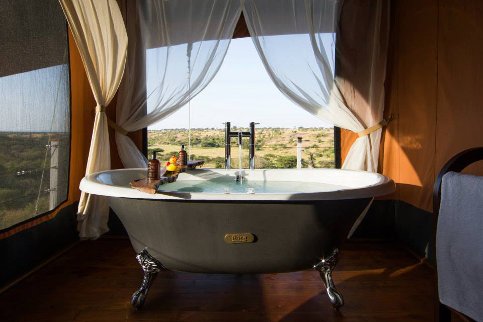 Kamar mandi dengan bathtub bergaya klasik.