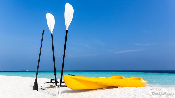 Selain menyelam, tamu Four Seasons Explorer juga bisa bermain kayak atau sekadar bersantai di pulau tak berpenghuni.