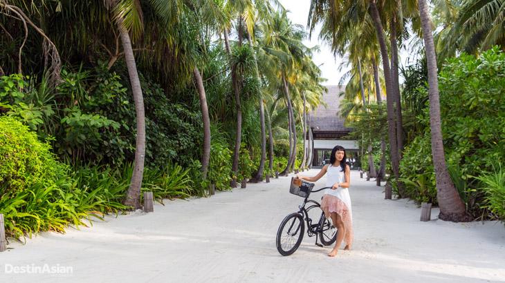 Bersepeda di Four Seasons Maldives Landaa Giraavaru.