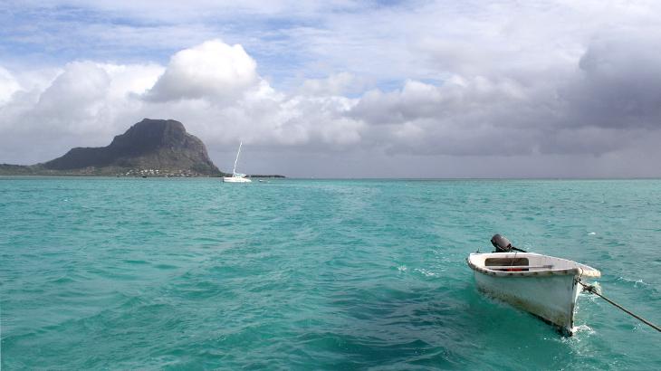 Pantai cantik berair pirus di Mauritius. (Foto oleh Guenter Kirchweger)