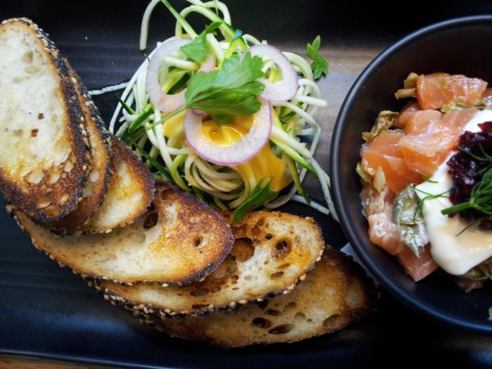 Tasmanian Salmon Tartare yang segar disajikan dengan roti bawang yang renyah.