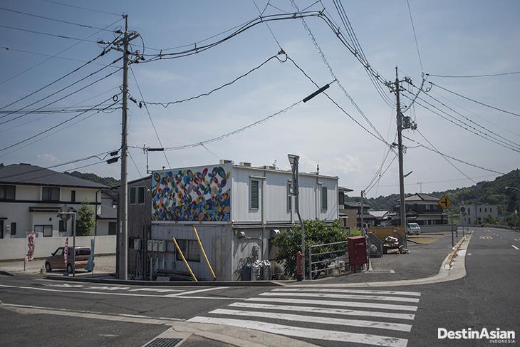 Suasana jalanan di Naoshima dengan kontur tanah yang naik turun.