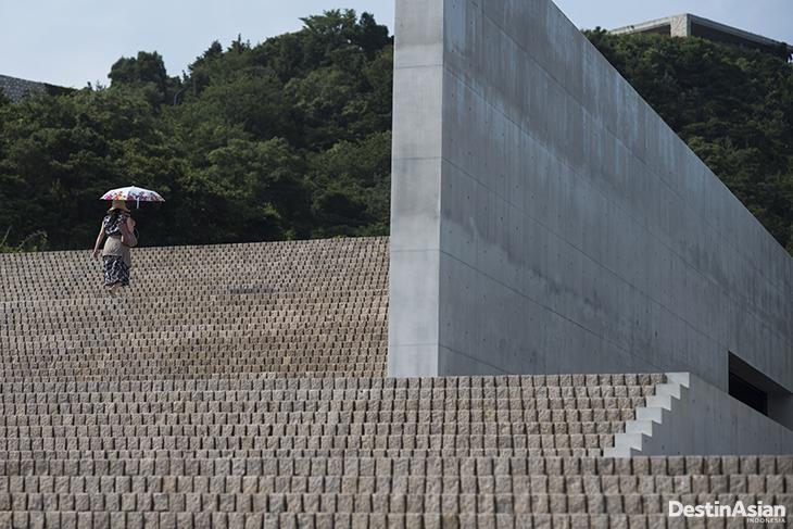 Wisatawan menaiki tangga di kawasan Benesse House Naoshima, Jepang.