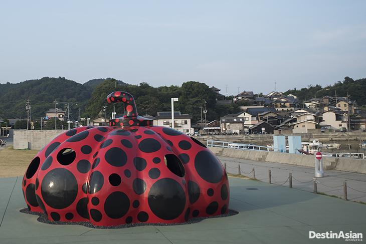 Red Pumpkin karya Yayoi Kusama menyambut wisatawan di Pelabuhan Miyanoura, Pulau Naoshima.