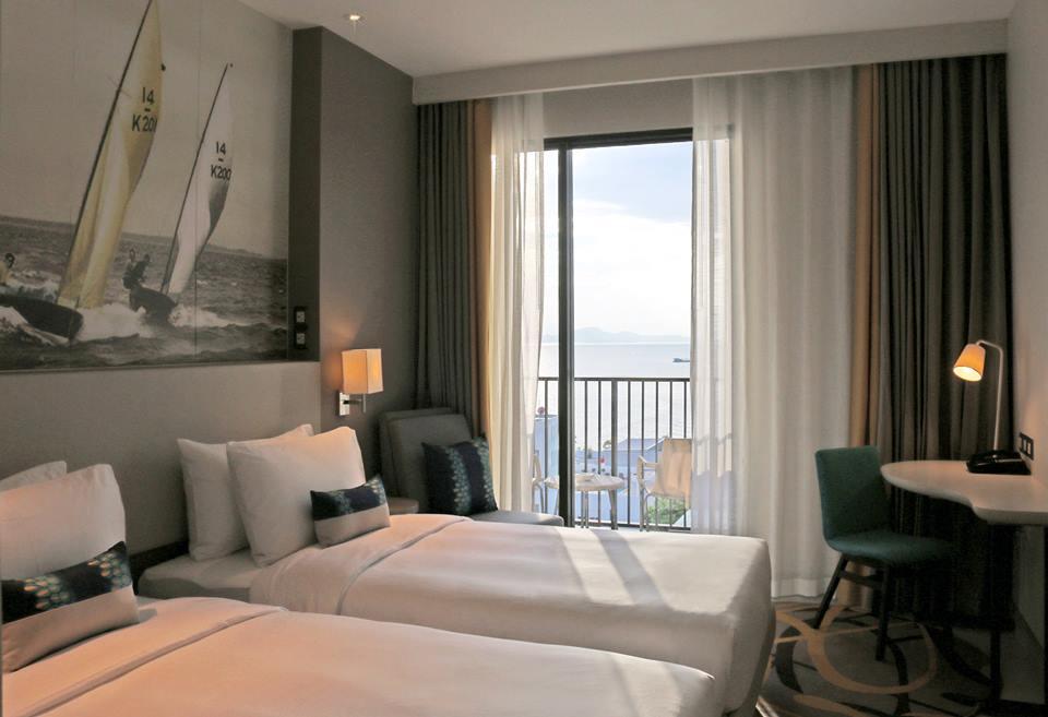 Kamar dianugerahi pemandangan laut dan kota.