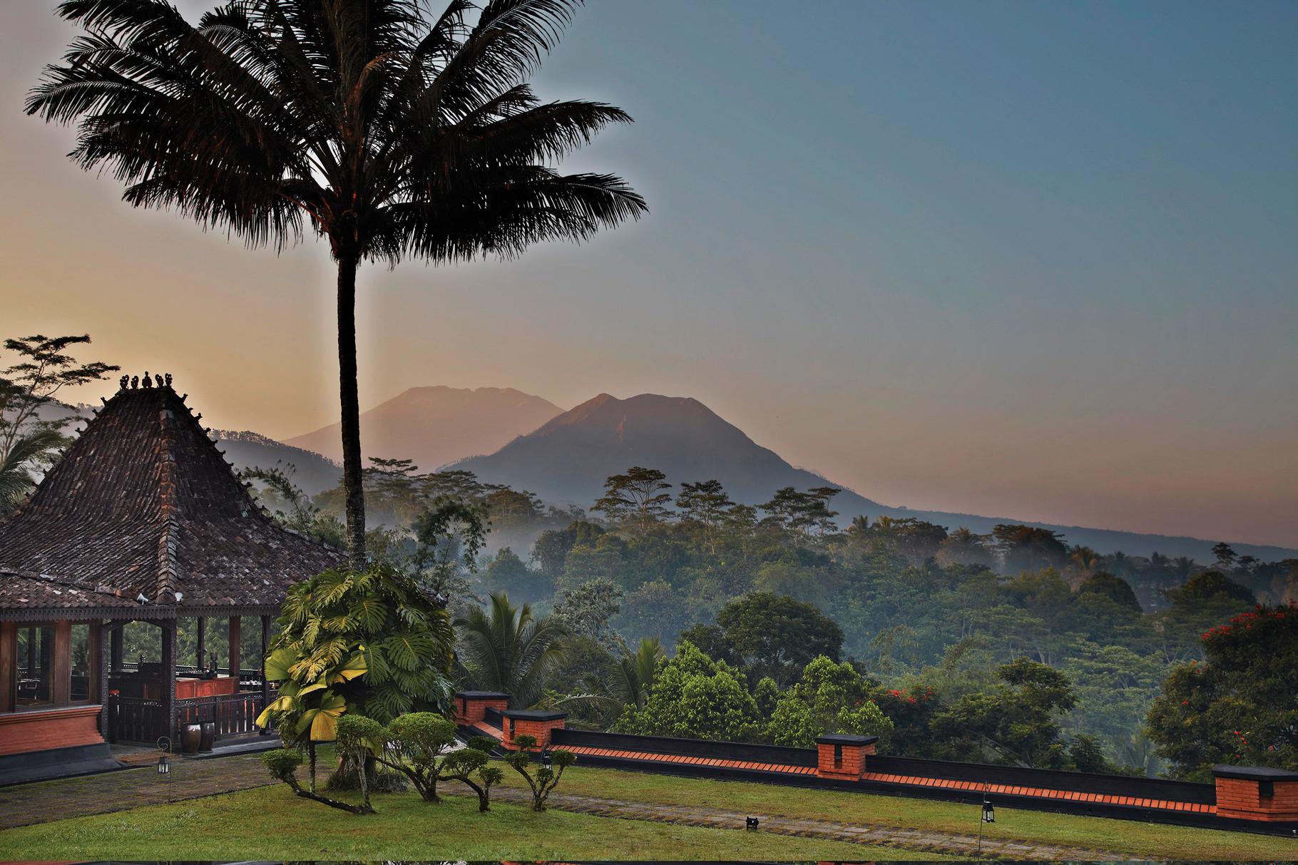Pemandangan restoran dengan latar belakang pegunungan.