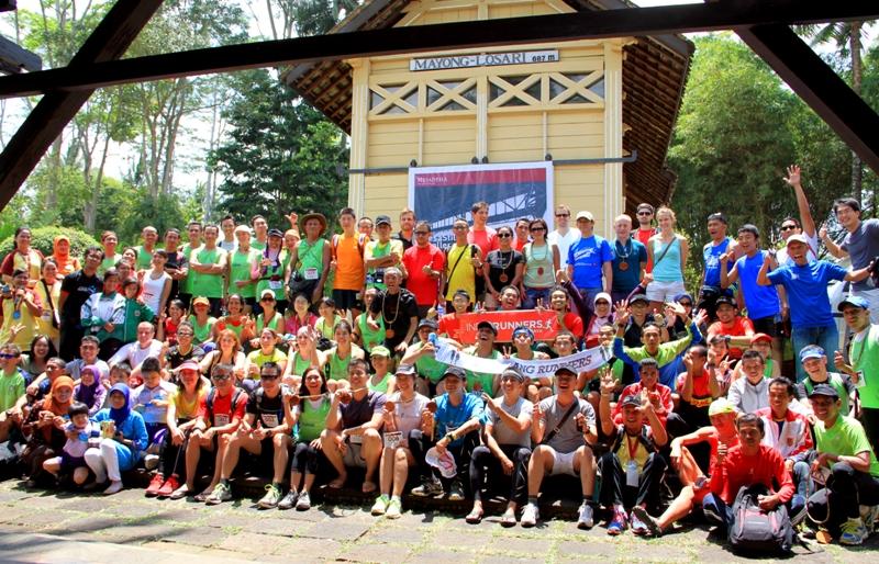 Para peserta berfoto di depan stasiun Mayong, Losari yang kini digunakan sebagai area resepsi MesaStila.