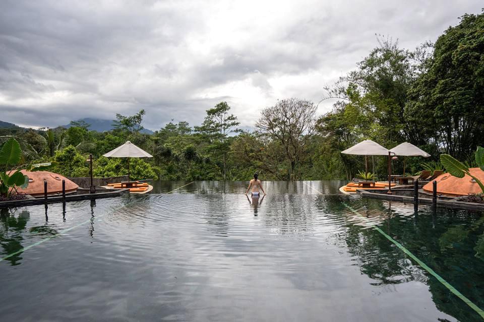 Kolam renang di MesaStila dengan pemandangan spektakuler.
