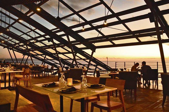 MoonLite Kitchen and Bar menyuguhkan pemandangan Samudra Hindia.