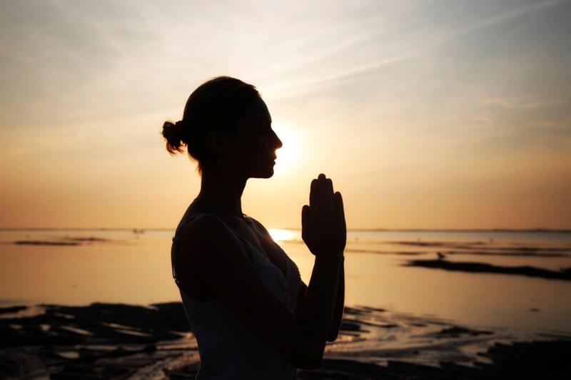 Yoga di tepi pantai termasuk dalam paket kebugaran tersebut.