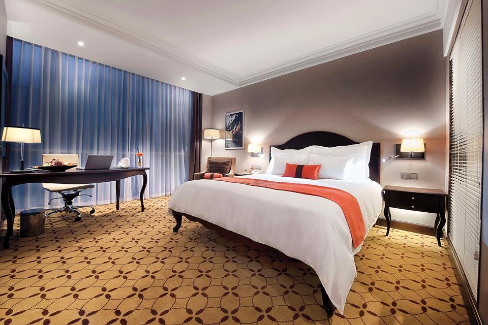 Kamar mengusung desain modern elegan dengan pemakaian furnitur berbahan kayu.