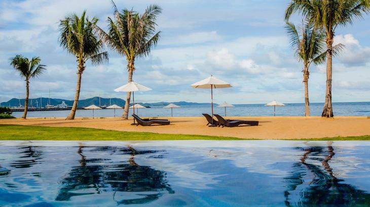 Kolam renang di Mövenpick Siam Pattaya yang bersemayam di tepi pantai.