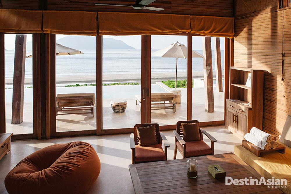 Vila tiga kamar di Six Senses Con Dao yang menghadap langsung ke laut.