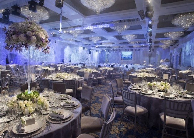 Grand Ballroom di The Mulia, Bali dengan penataan tempat duduk untuk gala dinner.