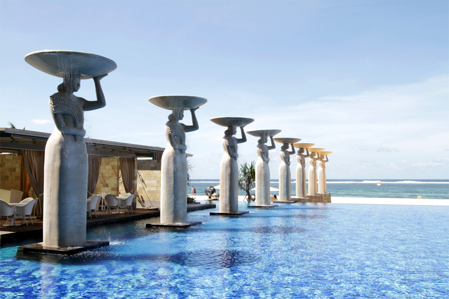 Salah satu kolam renang dengan patung-patung wanita Bali.