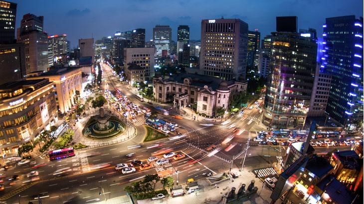 Suasana malam di Myeongdong.