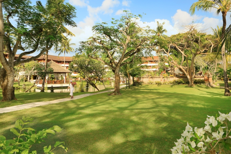 Taman luas lengkap dengan unggas dan tupai di dalam area hotel.