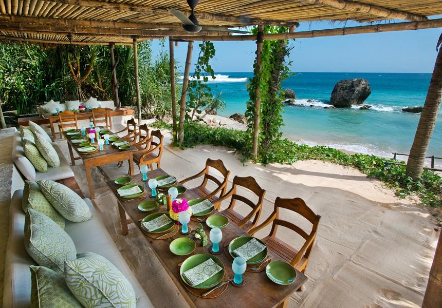 Nio Beach Club Lounge di dalam kompleks resor menyediakan hidangan laut segar.