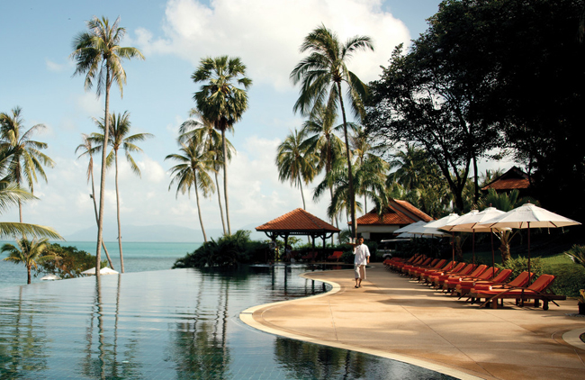 Menangkap birunya laut dan putihnya pasir pantai di Napasai, Koh Samui.