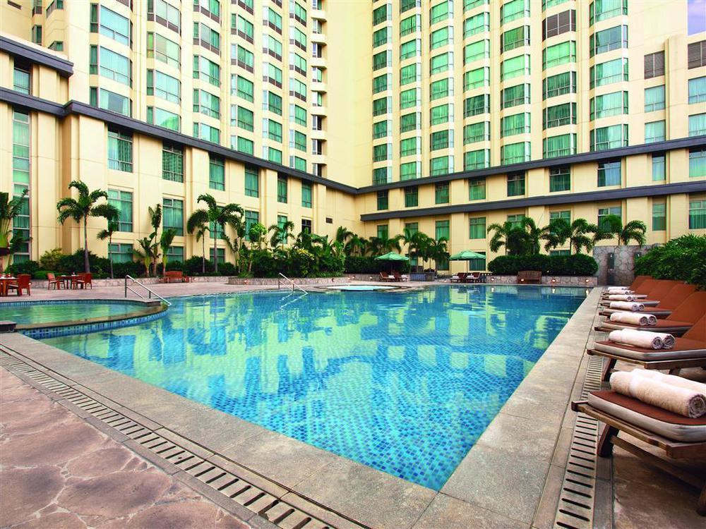 Kolam renang hotel yang luas.
