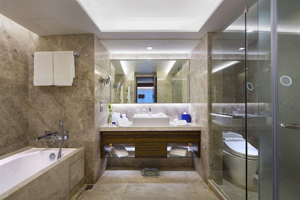 Kamar mandi luas dilengkapi bathtub dan shower.