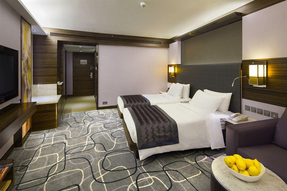 Ukuran kamarnya termasuk luas untuk hotel di Hong Kong.