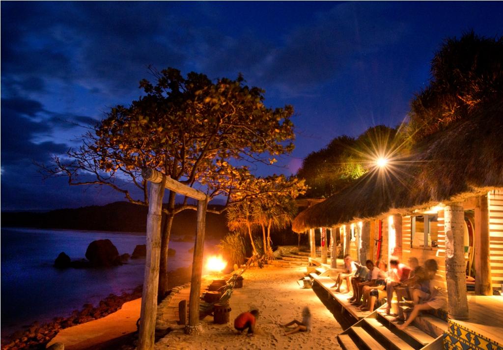 Suasana boathouse di malam hari. Bangunannya berbatasan langsung dengan pantai.