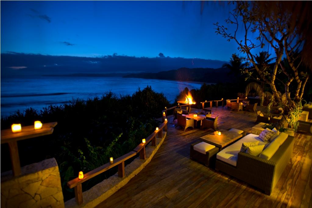 Lounge Ombak tempat tamu menikmati sajian koktail dan pemandangan menawan.