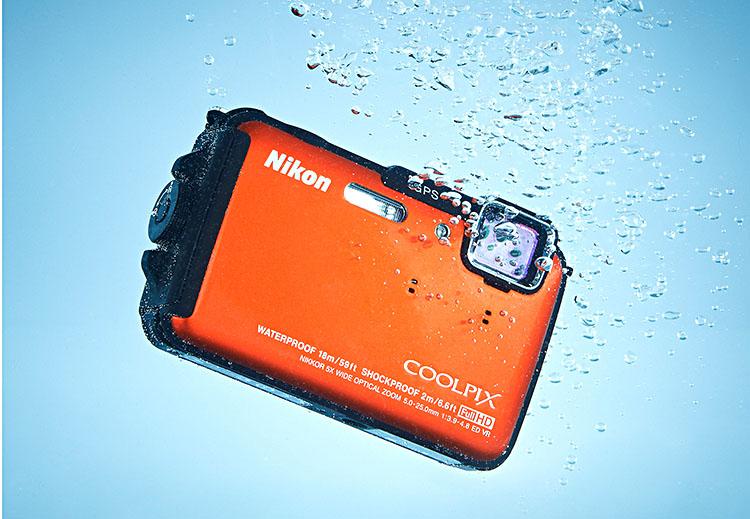 Nikon AW110 yang tahan dibawa menyelam hingga 18 meter.