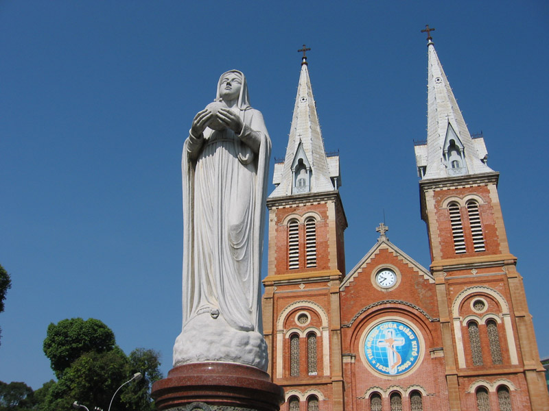 Note-Dame Basilica, katredral peninggalan koloni Prancis di pusat kota Ho Chi Minch City.