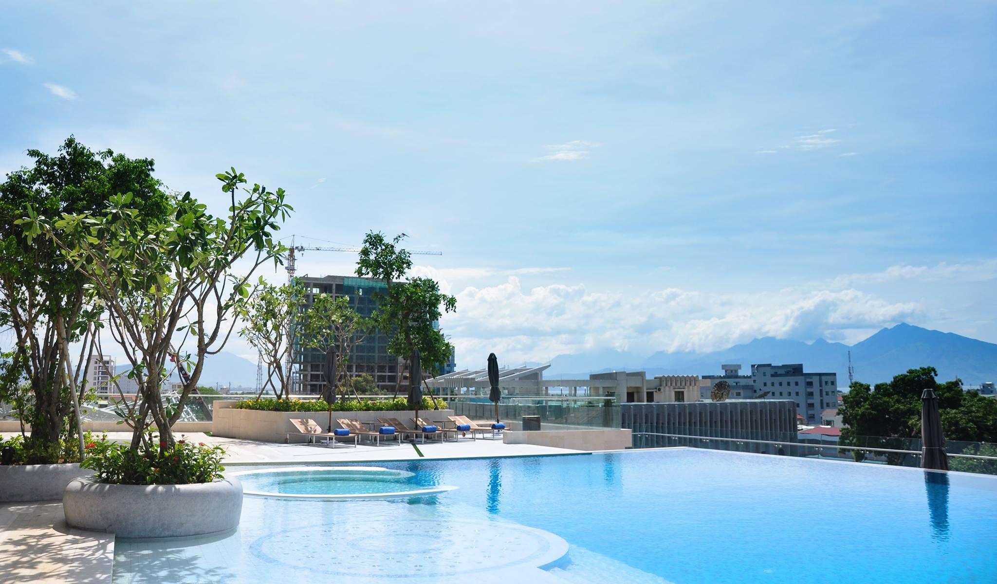 Kolam renang dengan pemandangan kota Danang.