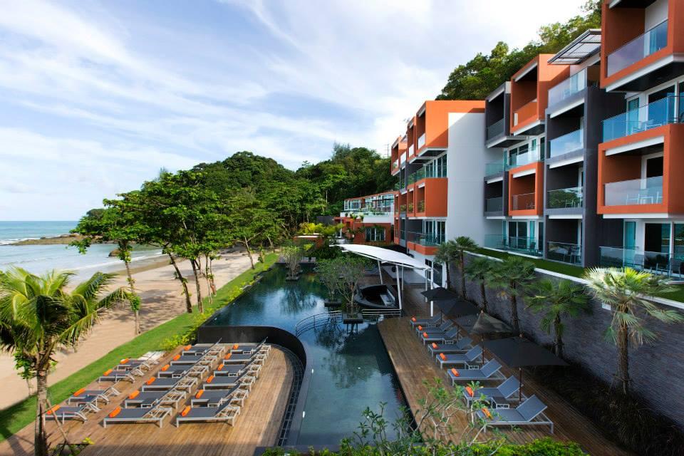Resor bergaya modern dengan kolam renang luas.