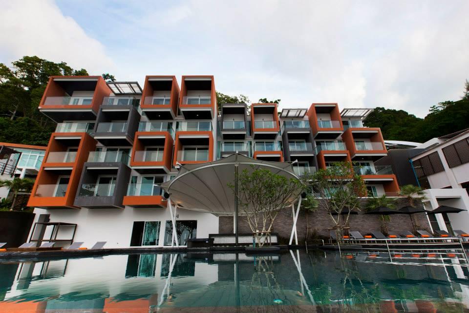 Fasad Novotel Phuket Kemala Beach dilihat dari kolam renang.