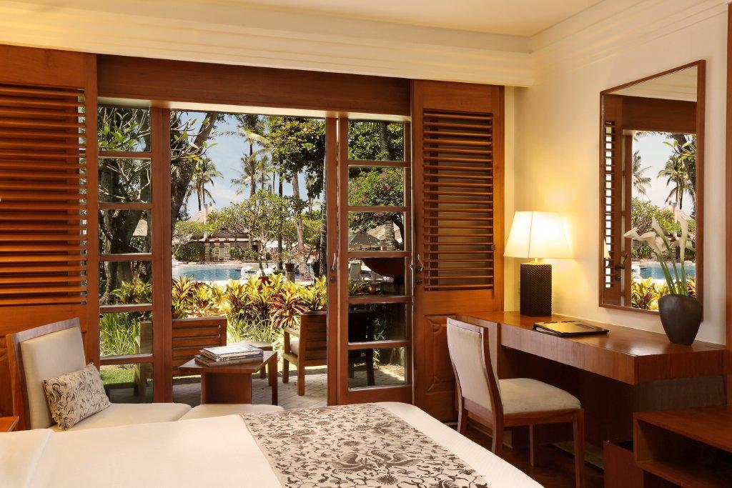 Kamar tipe Premier dengan pemandangan taman.