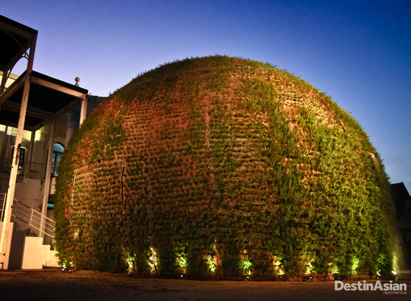 Bola hijau raksasa yang menyambut setiap pengunjung di pintu masuk Taman Budaya Yogyakarta.