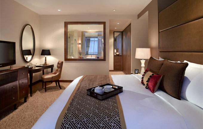 Kamar tidur di Oakwood Premier Cozmo Jakarta.