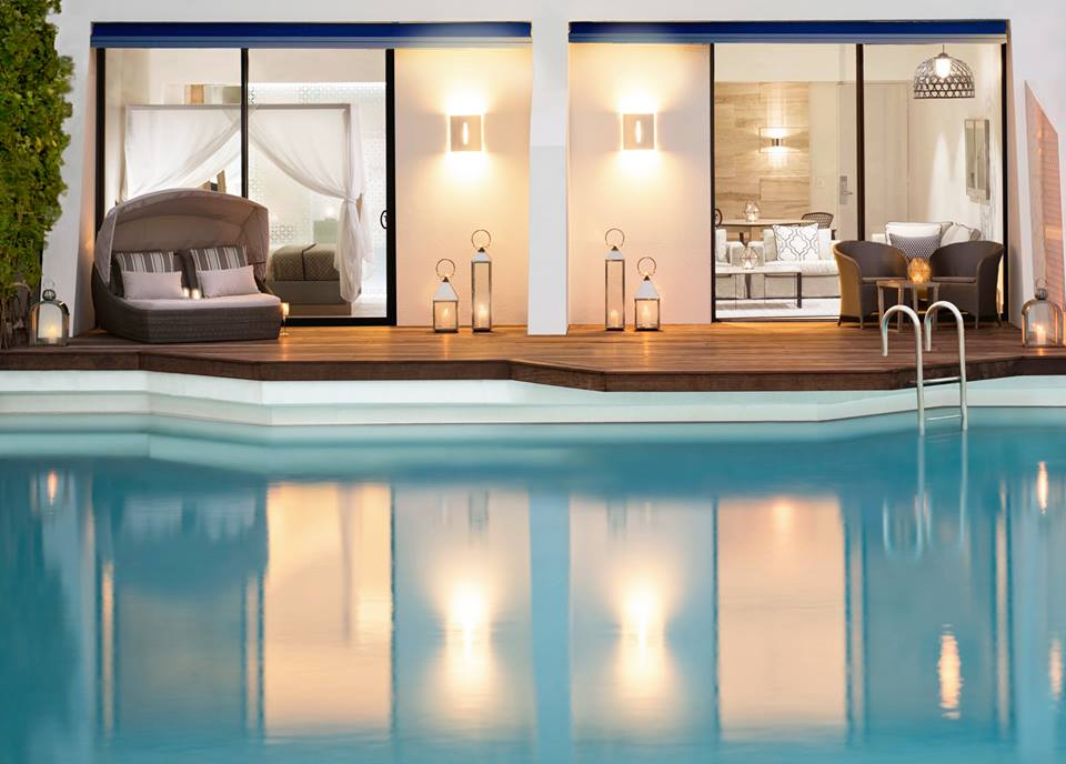 Kamar tipe Pool Suite dengan kolam renang privat.