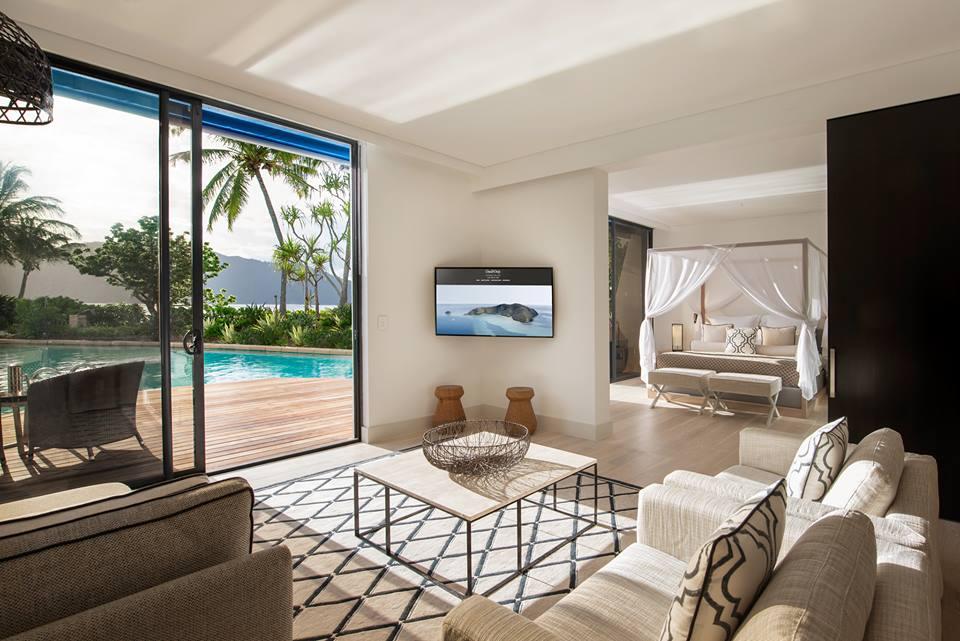 Akomodasi tipe vila lengkap dengan ruang tamu dan kolam renang privat.
