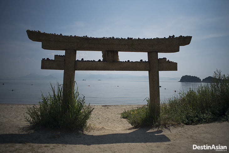 Instalasi gerbang kuil di pinggir pantai Gotanji di Naoshima.
