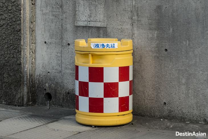 Tempat sampah di Naoshima Island yang bermotif kotak-kotak.