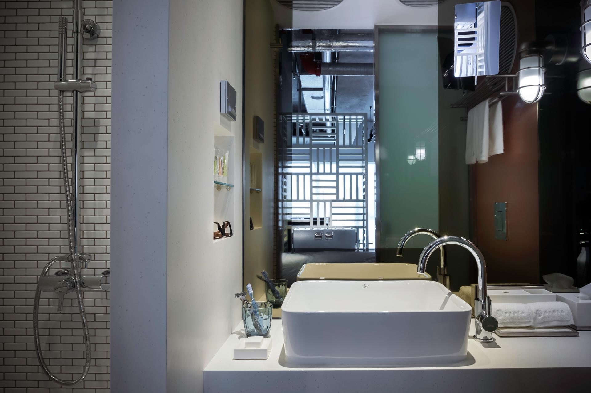Kamar mandi dengan desain minimalis.