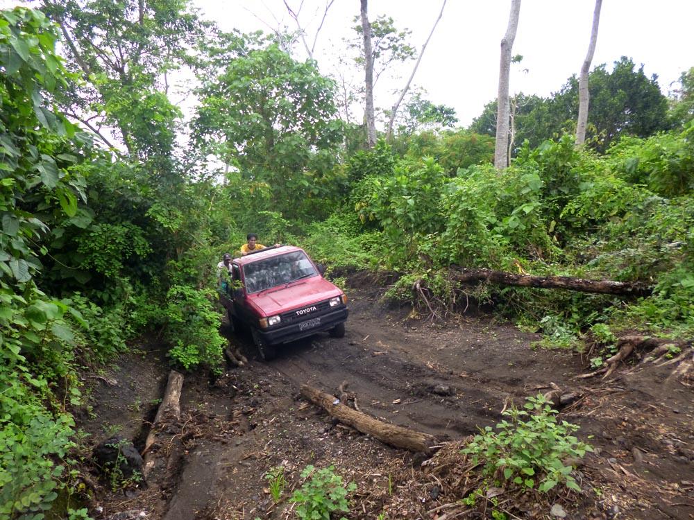 Kondisi jalan menuju titik awal pendakian setelah Dusun Gunung Sari, Desa Doropeti.