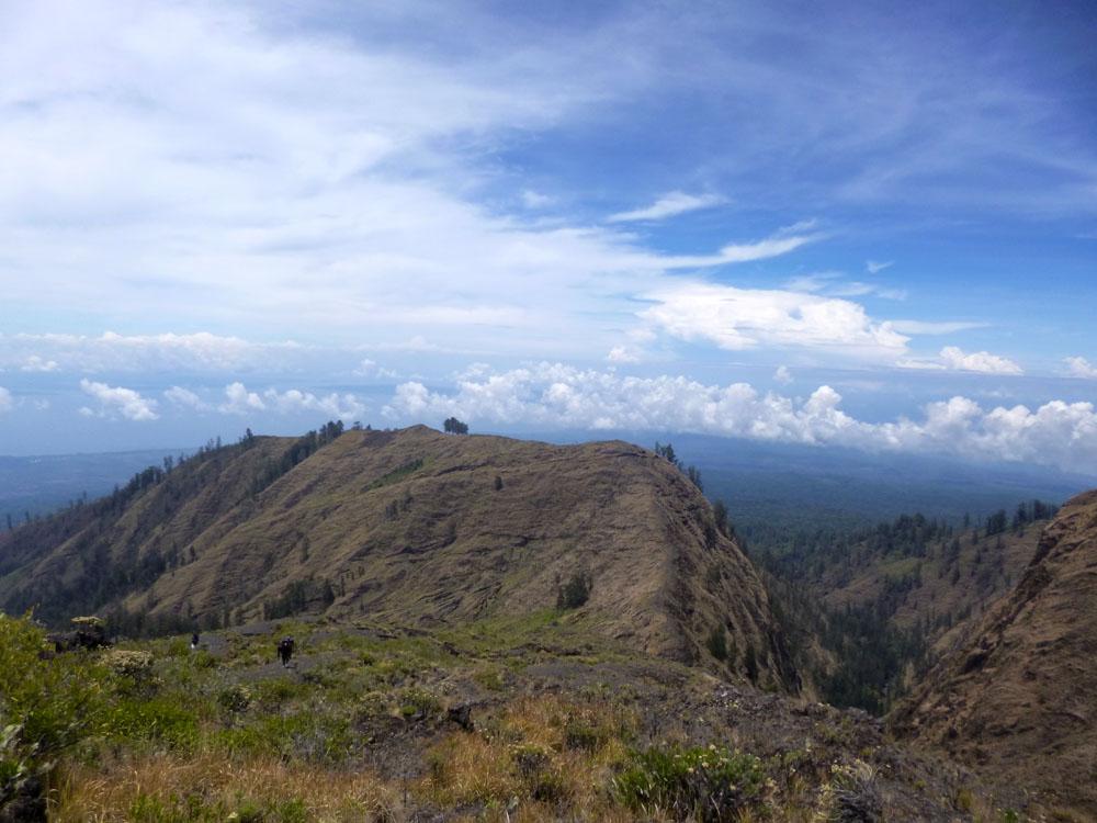 Pemandangan magis menjelang bibir kaldera Tambora.