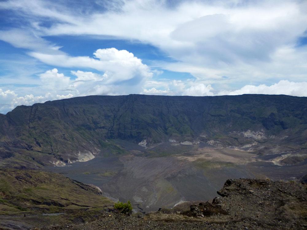 Sebagian dinding dan dasar kaldera Tambora.