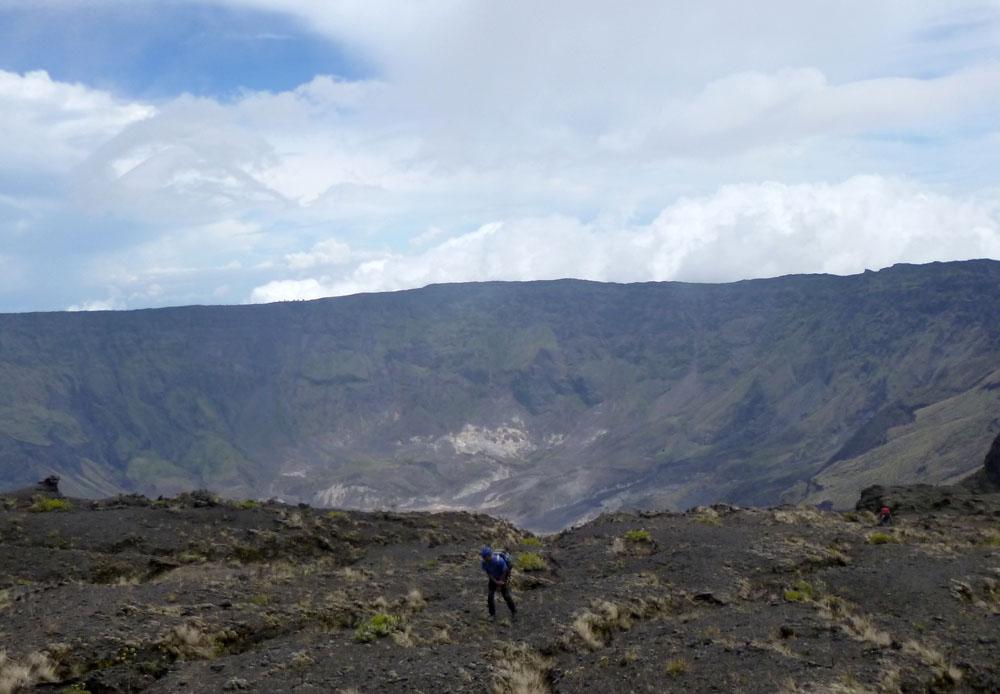 Melintasi tanah berpasir di tepi kaldera dari jalur pendakian Doropeti. Trek mendaki menuju puncak Gunung Tambora.
