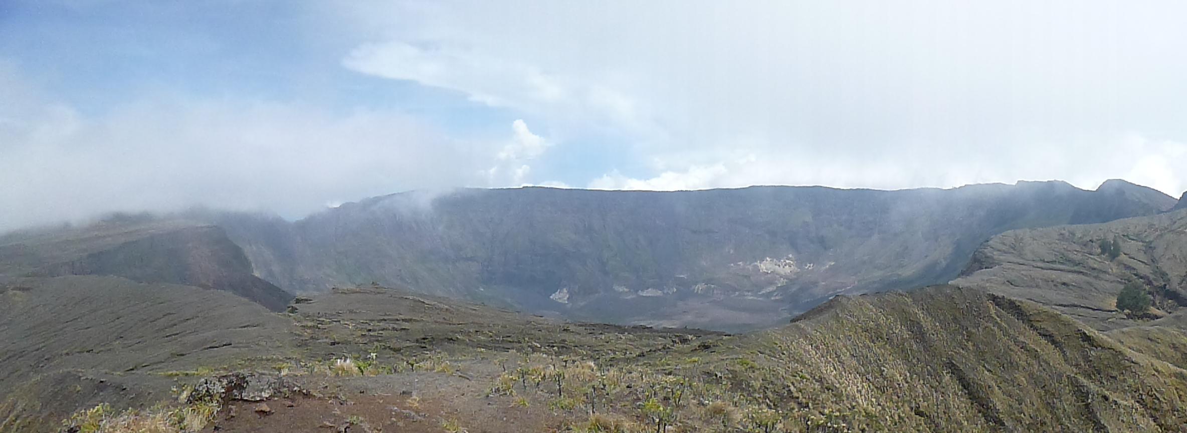 Kaldera di lihat dari puncak Gunung Tambora.