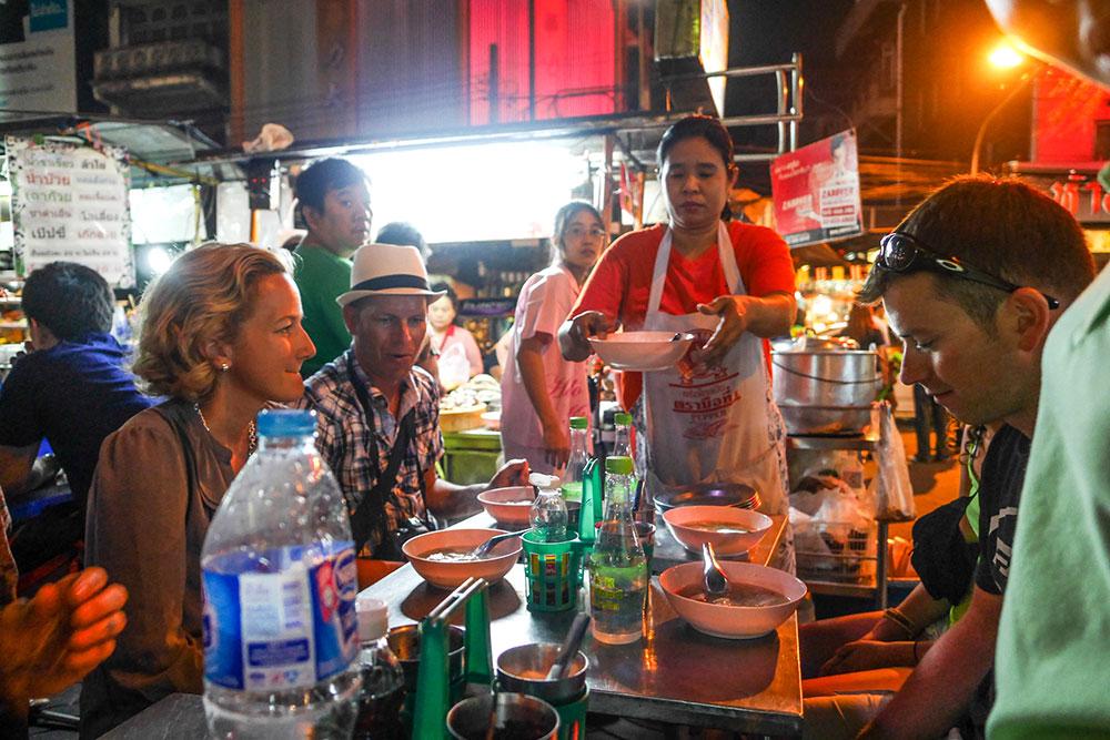 Menikmati makanan kaki lima bersama Bangkok Food Tours.